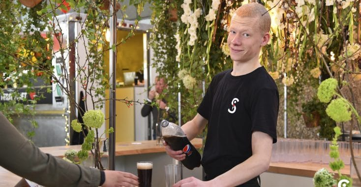 Skanna medewerker schenkt drinken in