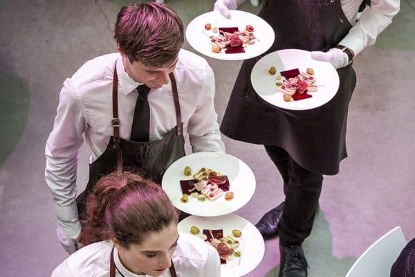 Skanna medewerkers bedienen eten