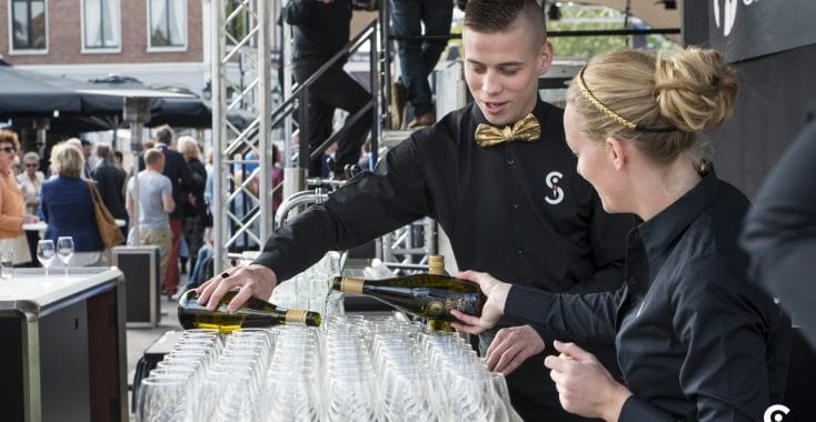 Skanna medewerkers schenken drank in